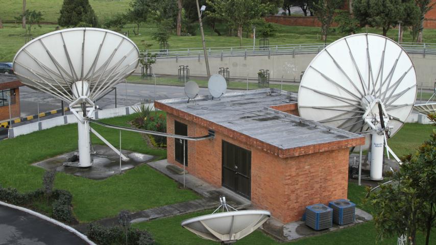 Emisión y transporte satelital